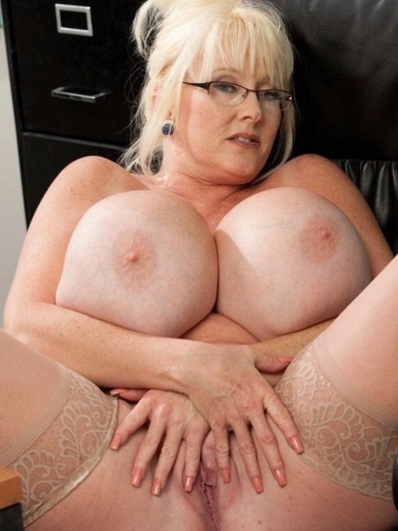 зрелые женщины с большими сиськами блондинка в очках раздвинула ноги