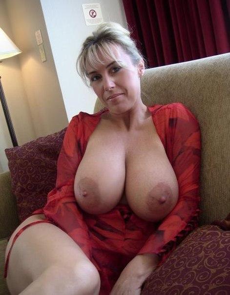 зрелые женщины с большими сиськами фото блондинки сидящей на диване, расстегнула красную кофту