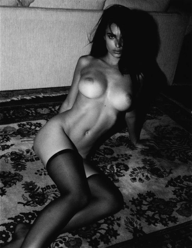 голая Эмили Ратаковски в черных чулках сидит на диване
