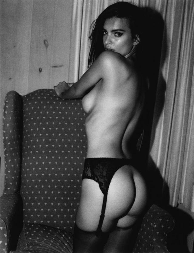 голая Эмили Ратаковски в чулках на поясе стоит немного развернувшись, показав свою красивую попу, черно белое фото