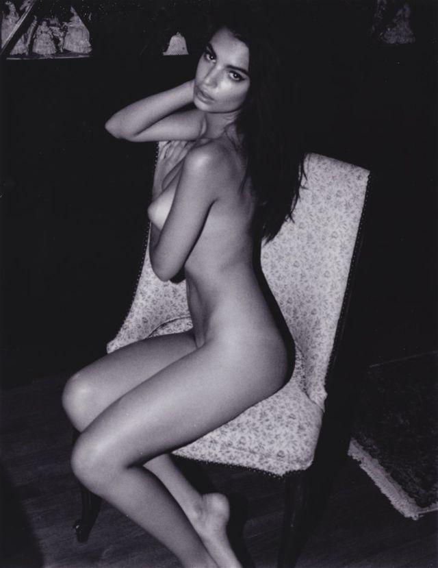 голая Эмили Ратаковски сидит на кресле немного развернувшись