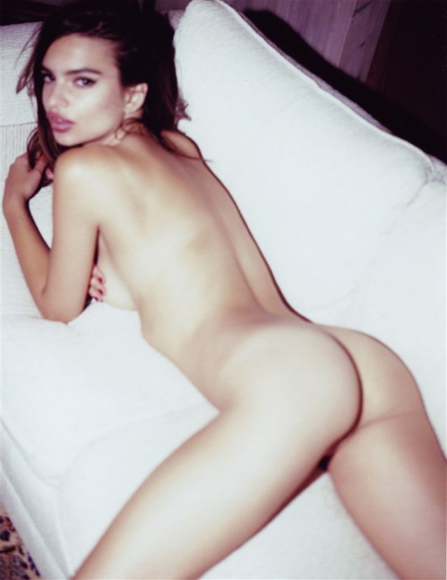 голая Эмили Ратаковски лежит на животе на кровати