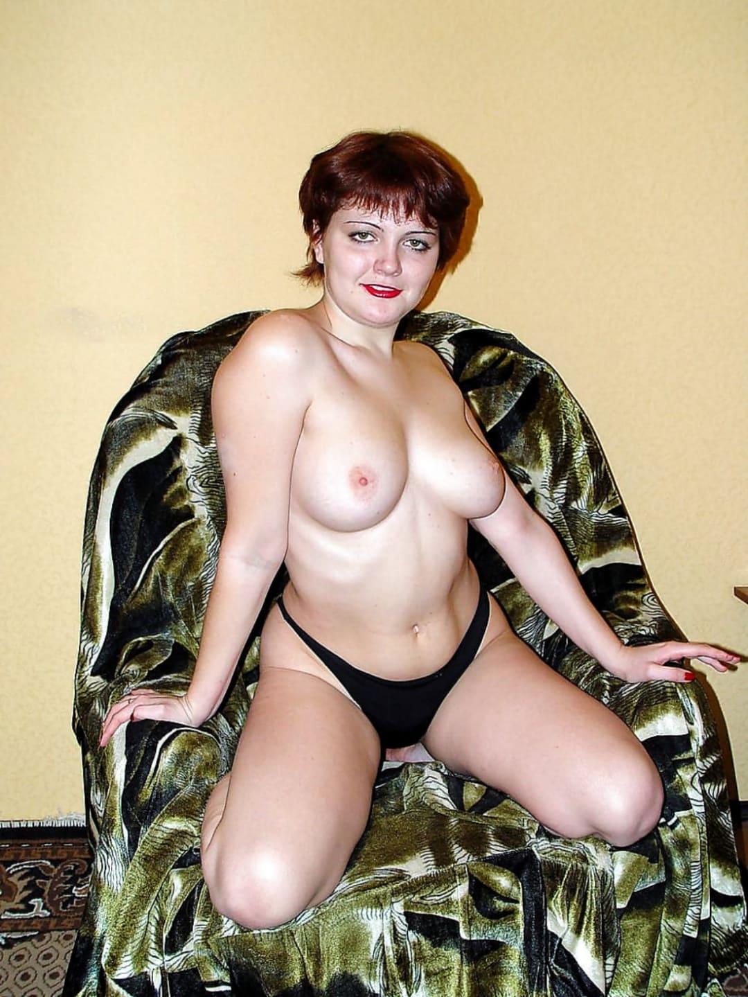 Фото эротики зрелых женщин русская шатенка с короткой стрижкой в кресле в черных трусиках на коленях сидит показывая свои красивые сиськи