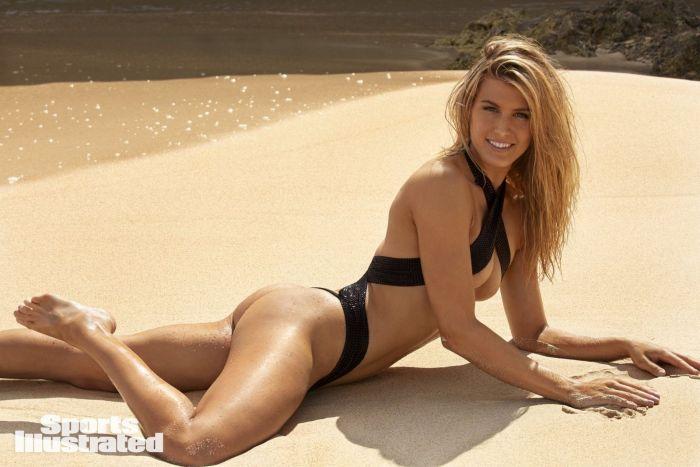 Эжени Бушар в купальнике лежит на пляже под ярким солнцем оперлась на локоть левой руки
