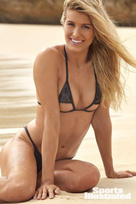 Эжени Бушар в купльнике позирует на песчаном пляже
