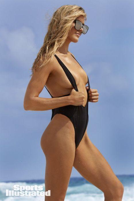 Эжени Бушар на море в солнечных очках и откровенном купальнике