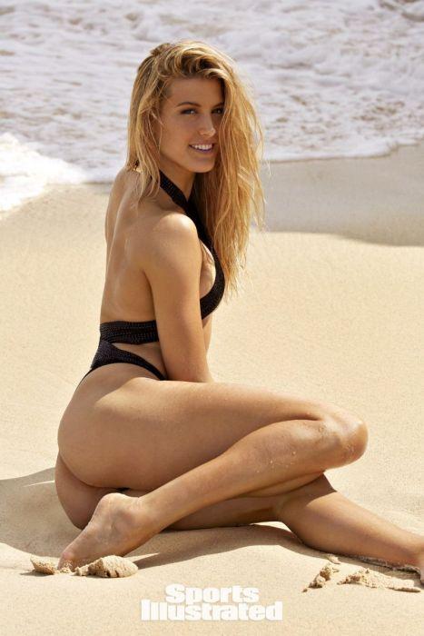 Эжени Бушар лежит на пляже
