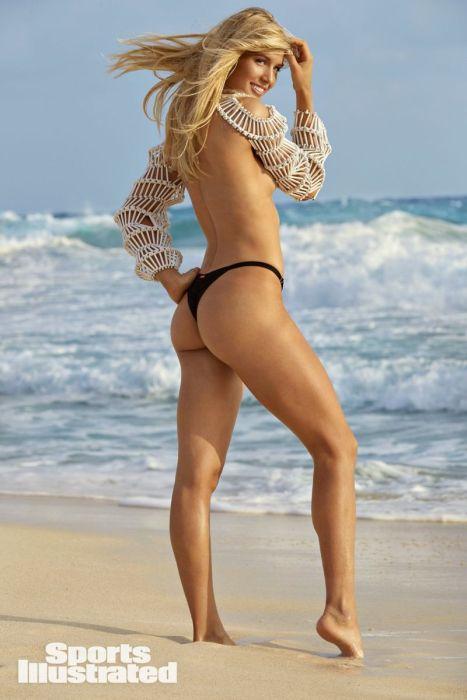 Эжени Бушар стоит на морском берегу, волосы развиваются