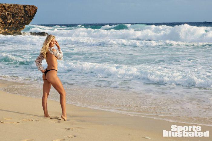 Эжени Бушар фото в купальнике стоит на пляже демонстрирует шикарные ноги и смотрит на море