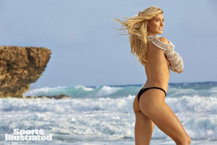 Эжени Бушар фото на пляже, стоит спиной в одних трусиках