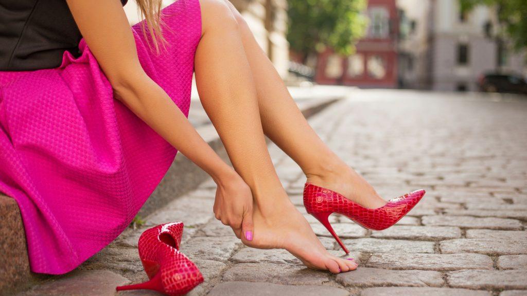фут фетиш ног фото сидит на бордюре сняла красную туфлю на шпильке массирует ступню