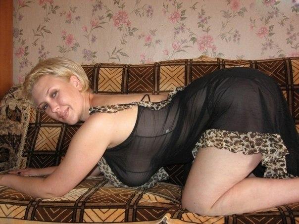 зрелые женщины с большими сиськами блондинка русская стоит раком на диване в черном с оборками пеньюаре