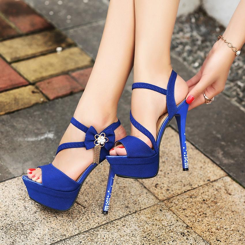 фут фетиш ног фото в ярких босоножках на высоком каблуке и платформе