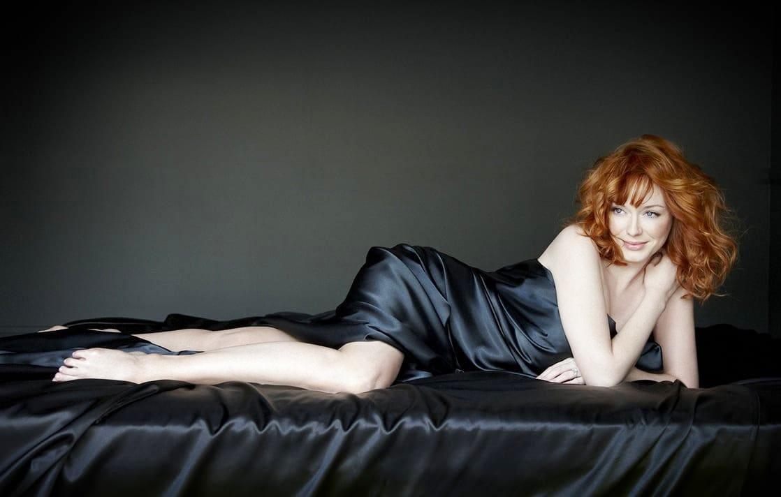 кристина рeне хендрикс фото голая на диване немного прикрыта черным атласным покрывалом