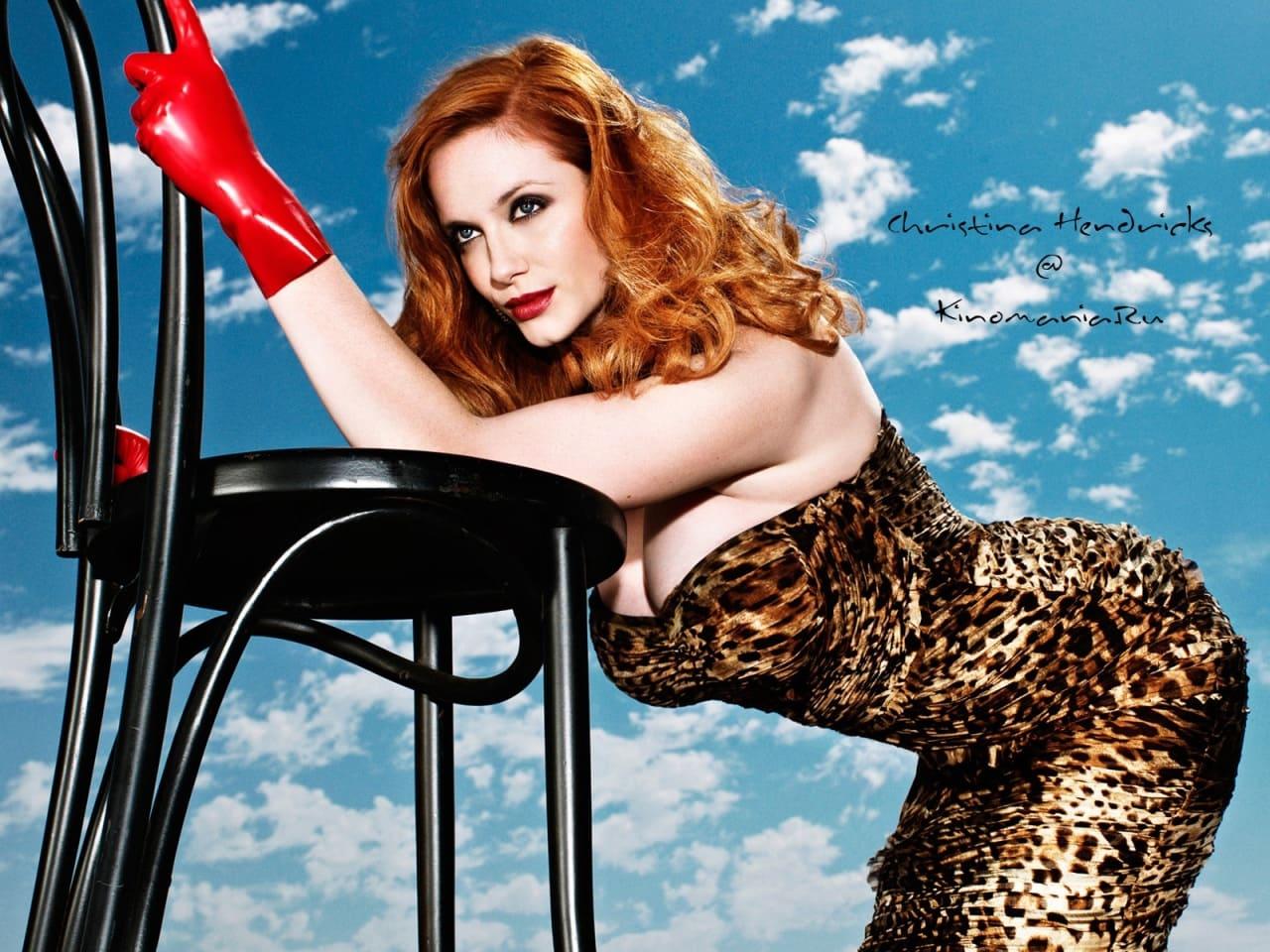 кристина рeне хендрикс фото стоит на коленях в леопардовом обтягивающем платье раком в красных перчатках