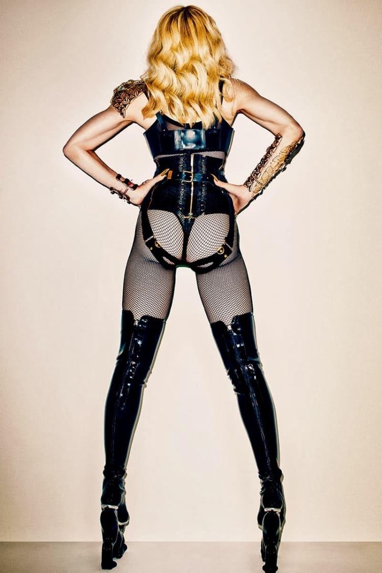 Мадонна фото сзади в черных колготах в крупную сетку, ботфорты на высоком каблуке и платформе, кожаный корсет