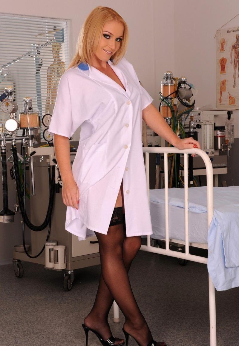 сексуальные медсестры фото в халатике и черных чулках стоит возле больничной койки улыбается