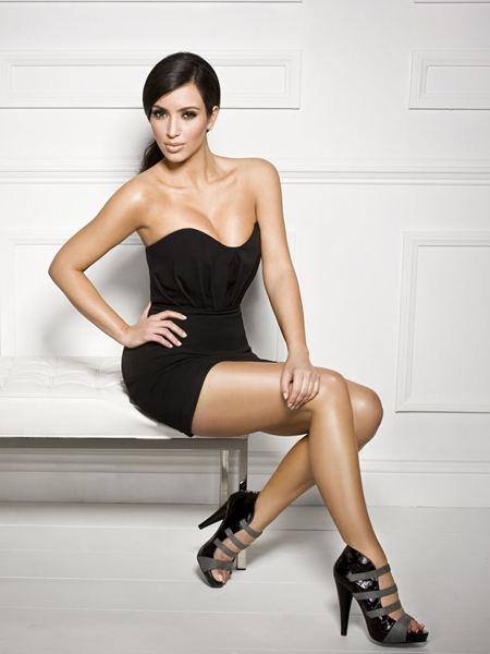 ким кардашьян фигура в коротком черном платье, присела на пуфик, туфли на высоком каблуке