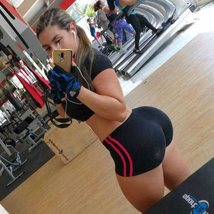Короткие спортивные шорты на круглой накаченной попе, вид сзади