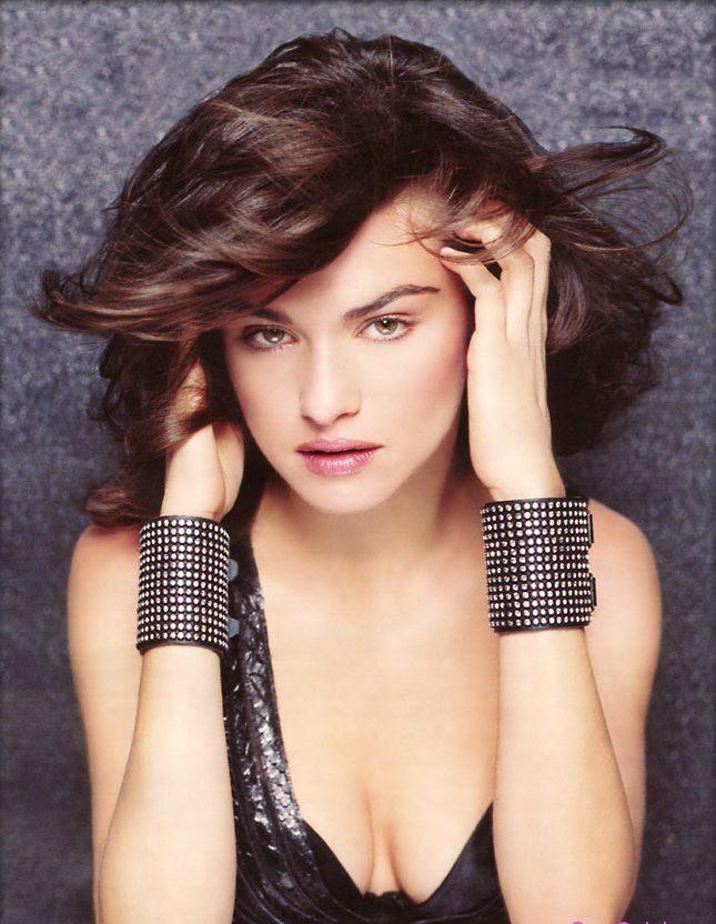 Рэйчел Вайс фото портрет, глубокое декольте, руки в волосах, на кистях широкие браслеты