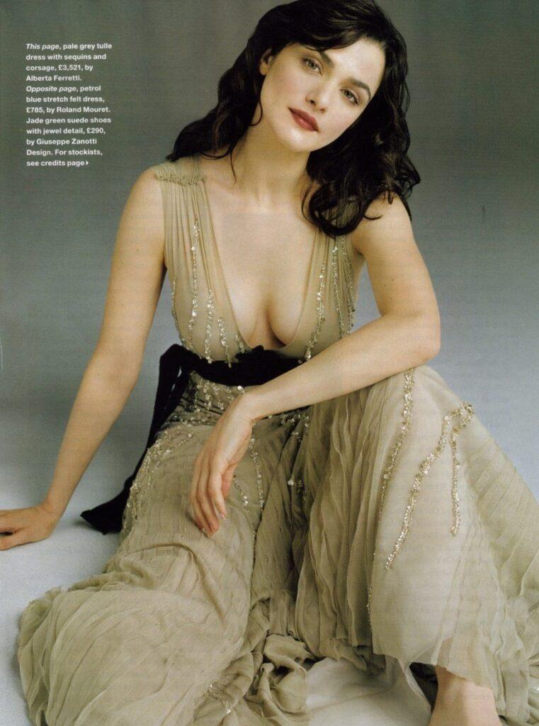 Рэйчел Вайс фото в длинном вечернем платье сидит декольте глубокое из под которого хорошо просматривается грудь