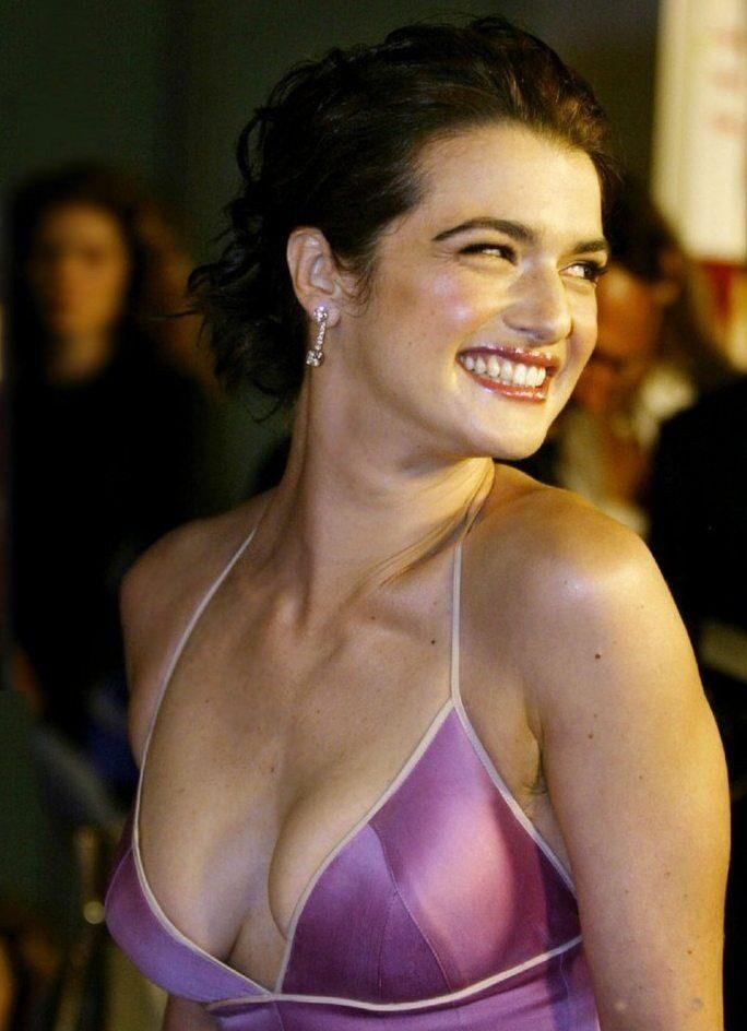 Рэйчел Вайс фото декольте, голые плечи улыбается