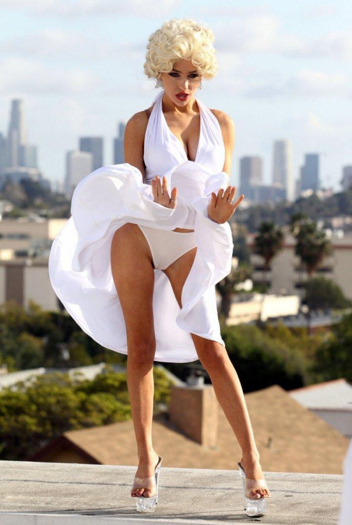 сексуальная девушка блондинка в белом платье от ветра юбка задралась оголив ножки трусики