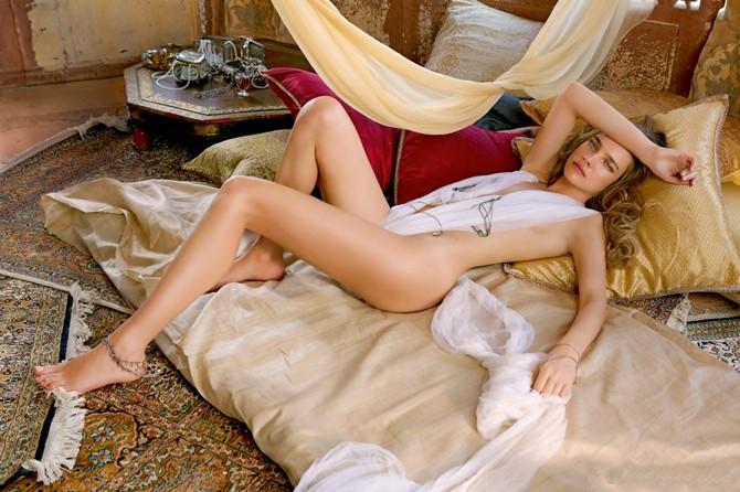 наталья водянова голая на кровати лежит немного прикрыта прозрачной белой тканью, вид сбоку