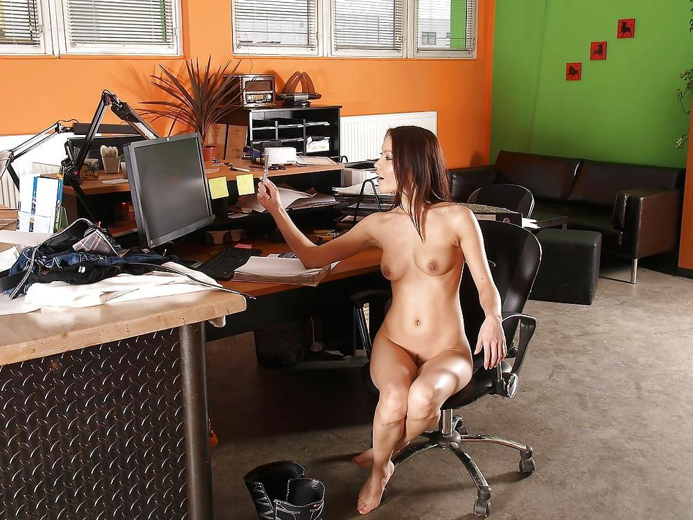 Сексуальная офисная девушка сидит в офисном кремле абсолютно голая