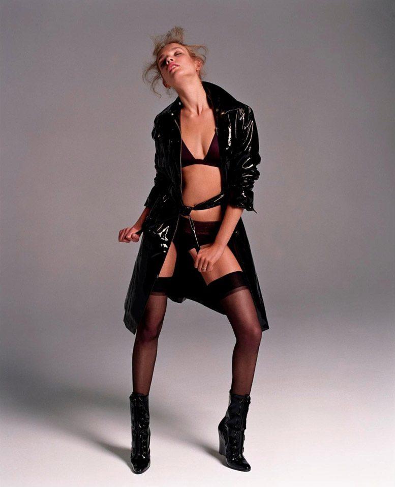 модель наталья водянова эротическое фото в чулках на каблуках в черном застегнутом лайковом плаще