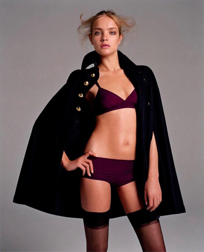 модель наталья водянова эротическое фото в чулках на каблуках в черном накинутом на плечи коротком пальто