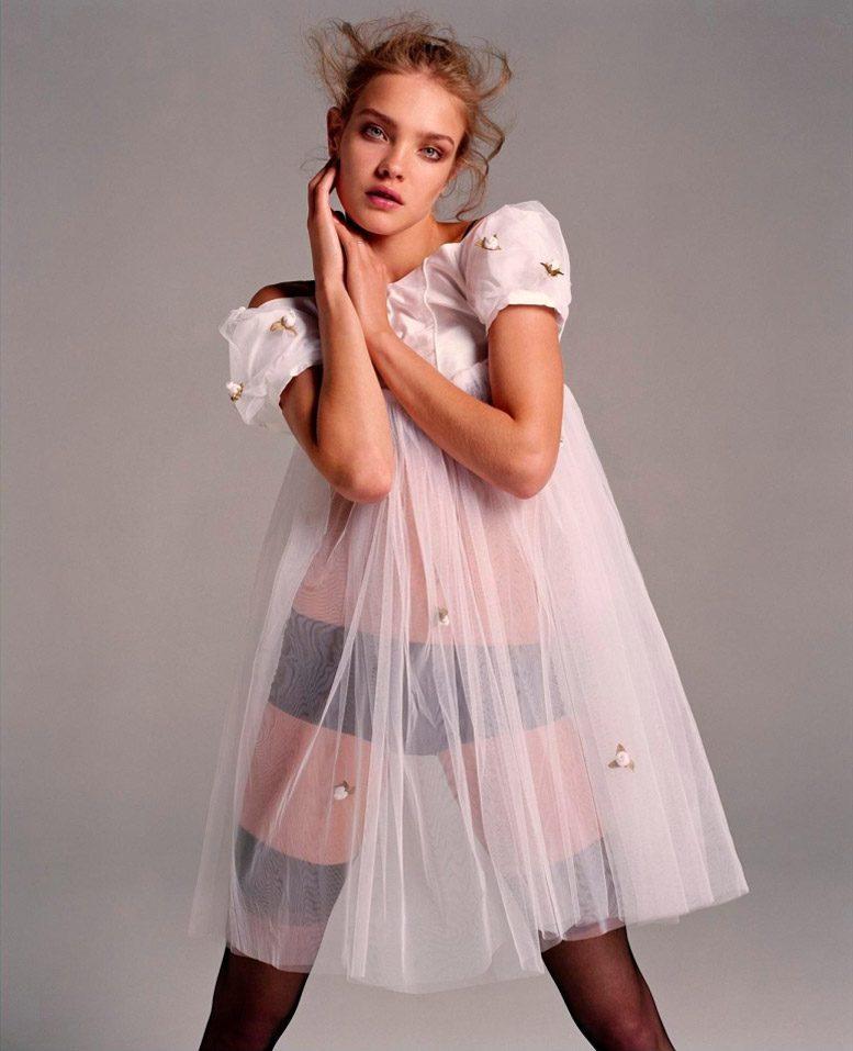 модель наталья водянова стоит расставив ноги в черных чулках и трусах, сверху платье из фатина белого