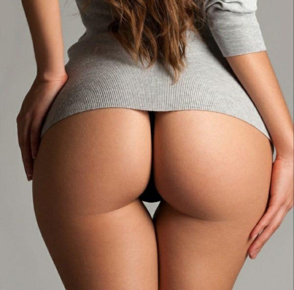 фото женской попы округлая форма полностью голая, сверху серая кофта