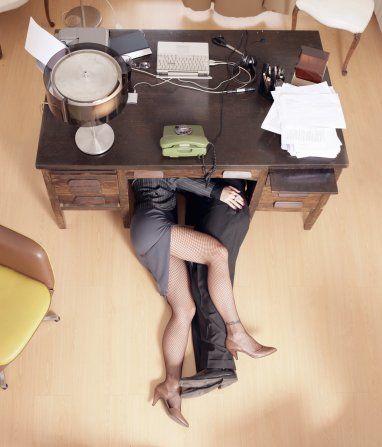 Офисные девушки эротика под столом вместе с боссом, одеты пока