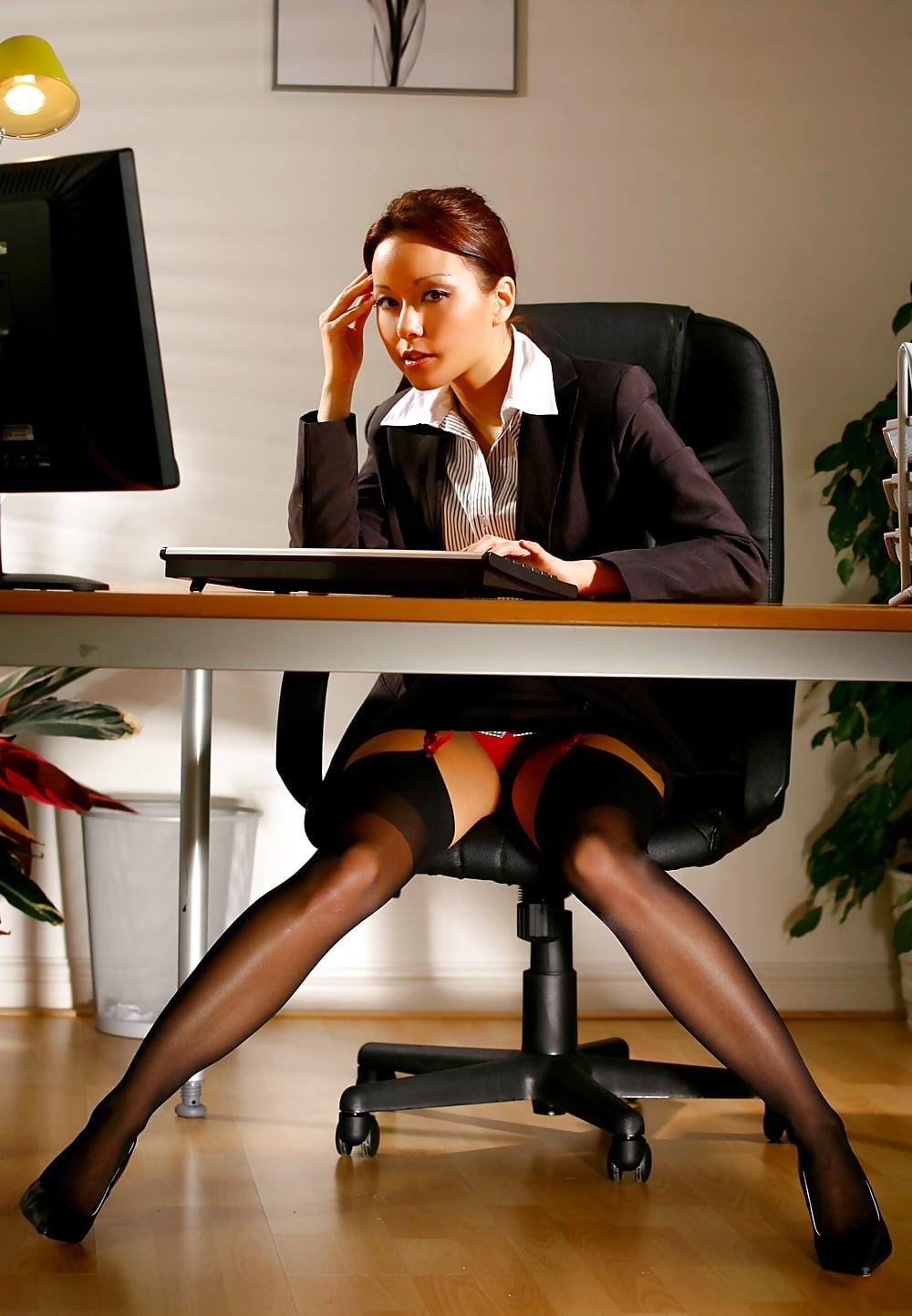 Офисные чулки девушек сидит за столом возле компа снизу вид на чулки с поясом, засветила красные трусики