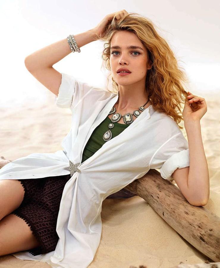 наталья водянова фото на песке в черном коротком платье и белом пиджаке