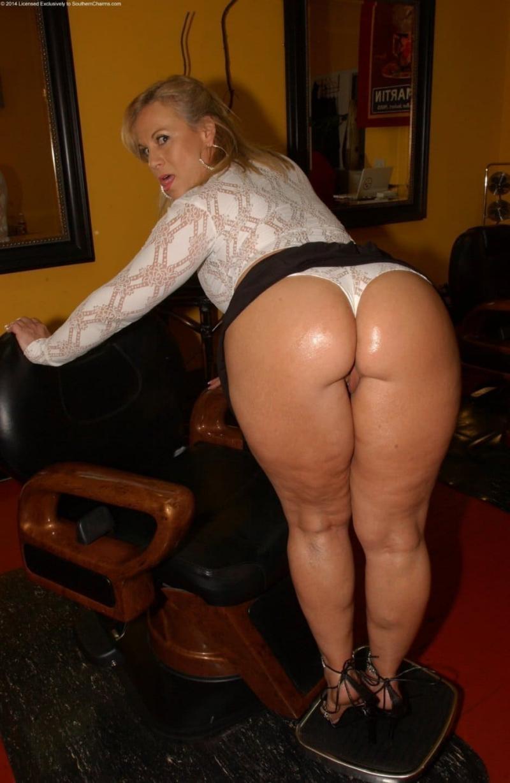 Большие попы зрелых женщин в боди белом с длинным рукавом, черную короткую юбку задрала, зад блестит, туфли на каблуке