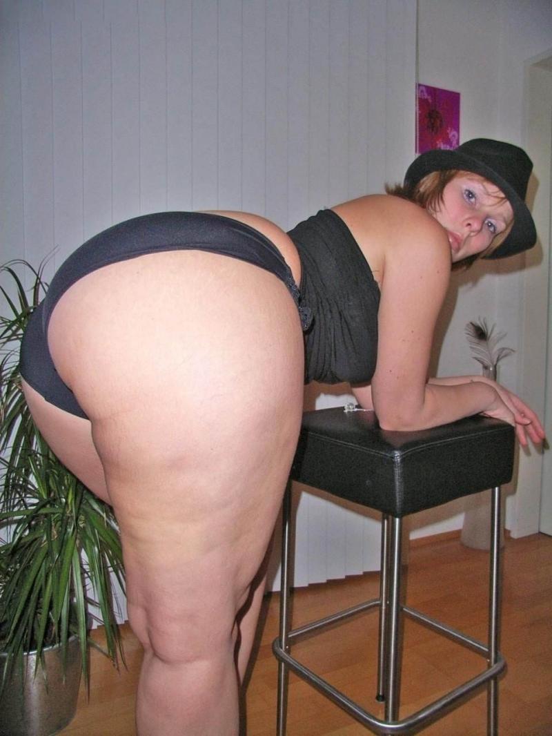 Зрелые женщины с большими попами стоит раком уперлась в табурет, в черном нижнем белье шляпа на голове