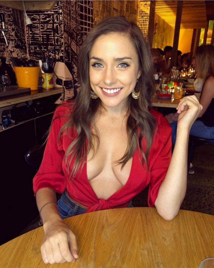 фото девушек без лифчика в красной кофточке с глубоким декольте