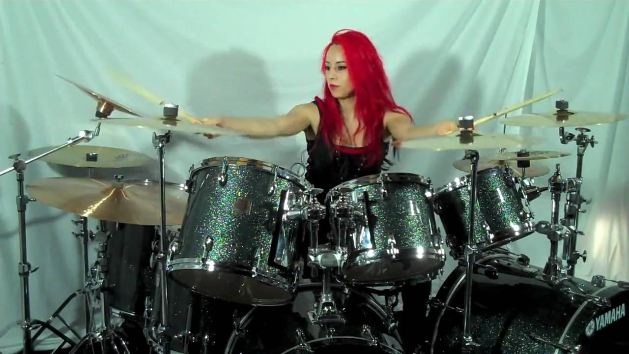 Девушка за барабанами фото