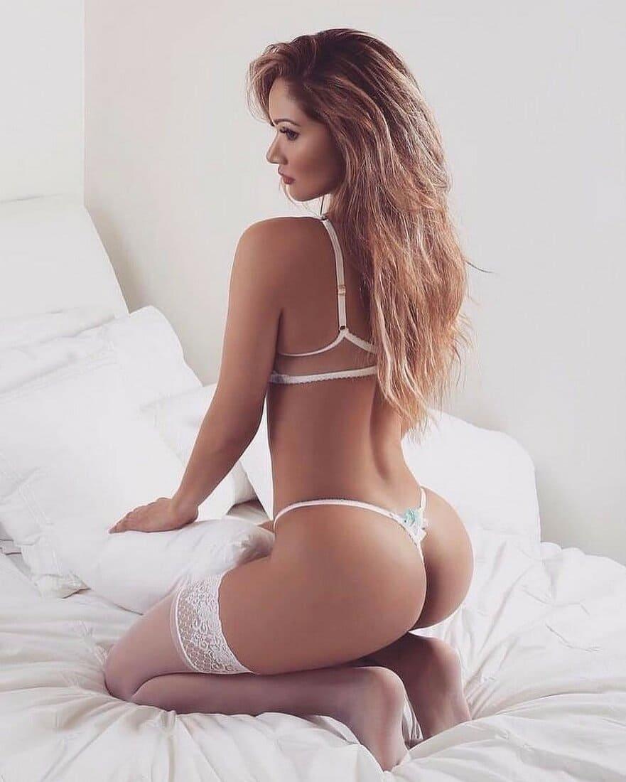 девушка в прозрачном белого цвета нижнем белье чулках фото