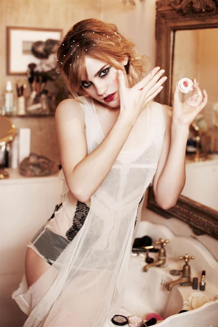 эмма уотсон фото в ванной комнате с ярким макияжем