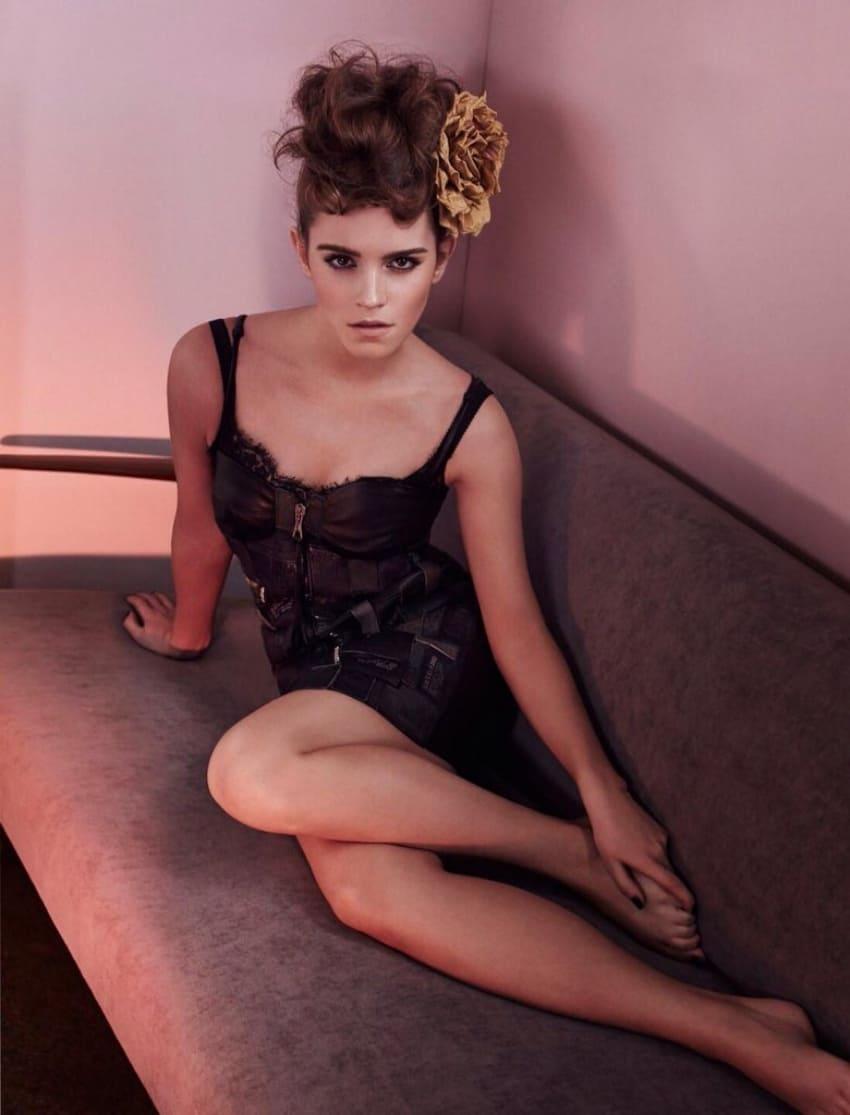 эмма уотсон фото сидит на диване в черном пеньюаре волосы подняты, большой цветок в прическе, ножки декольте
