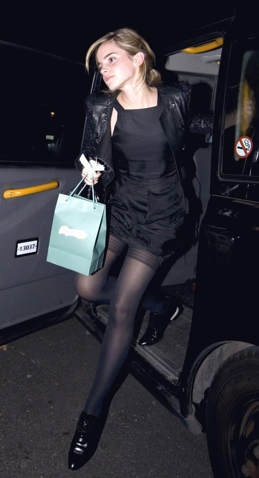 эмма уотсон фото  выходит с машины в чулках в коротком черном платье и кожаном пиджаке