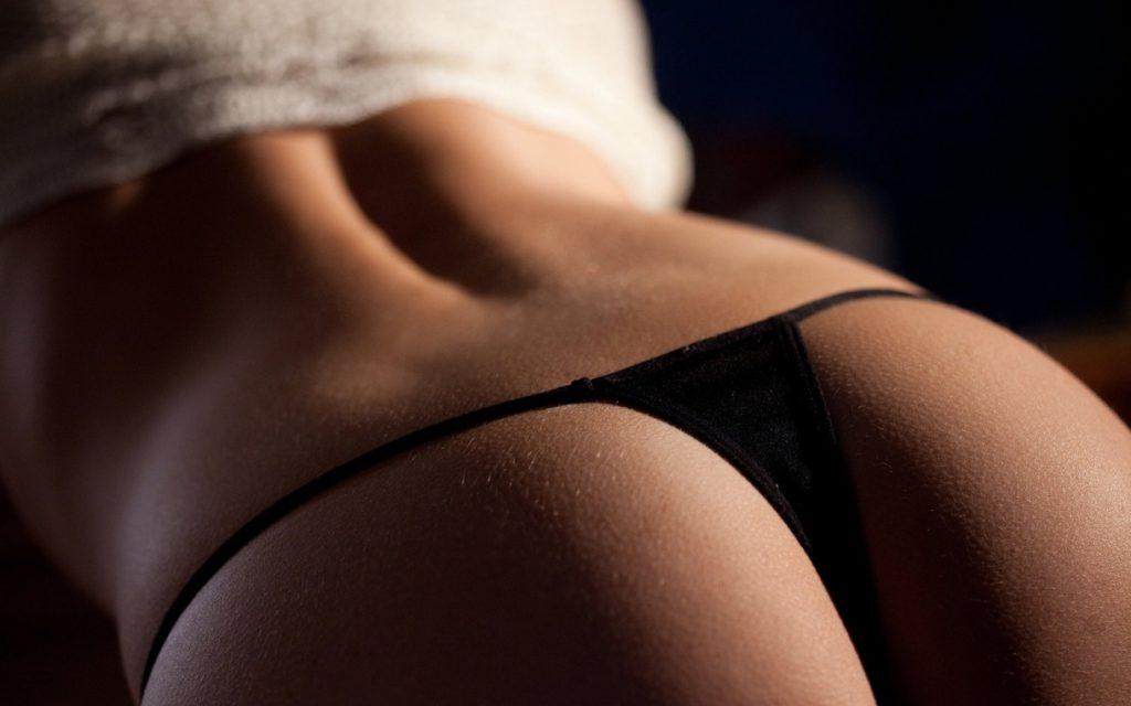 Фото женской попы в черных стрингах