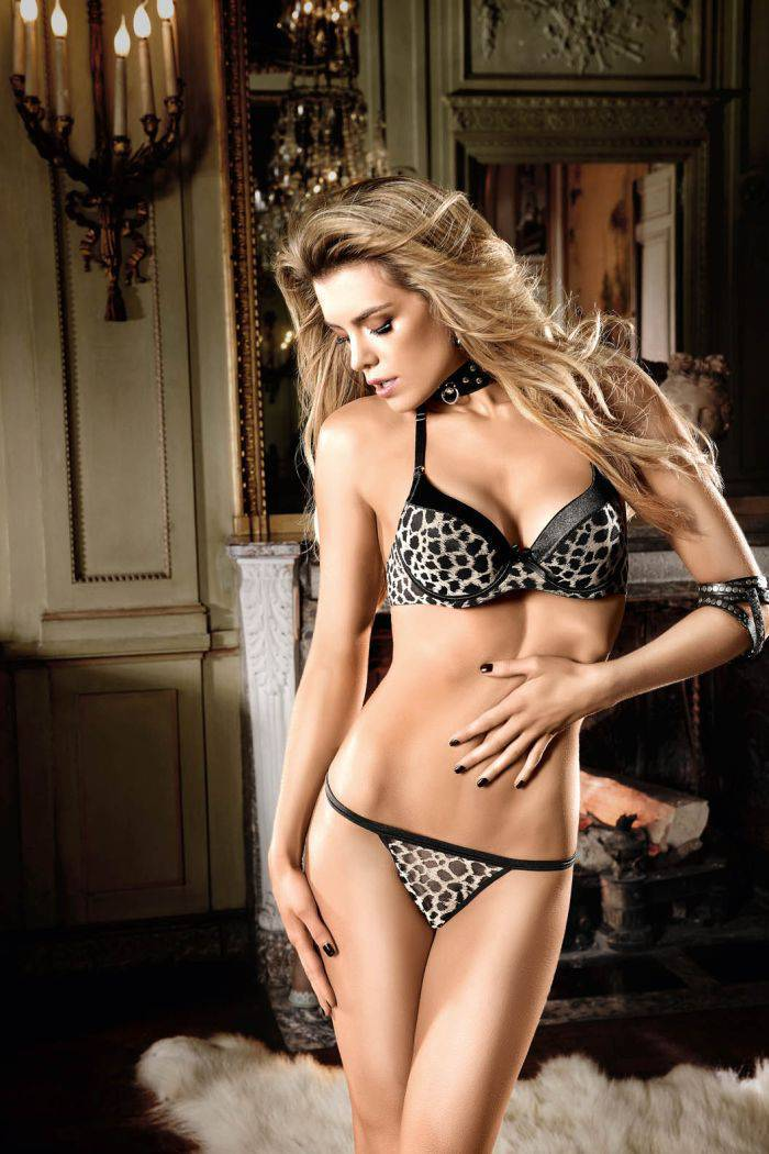 Фото девушек в нижнем белье леопардовом красивая блондинка с шикарной фигурой стоит, левую руку держит на животе