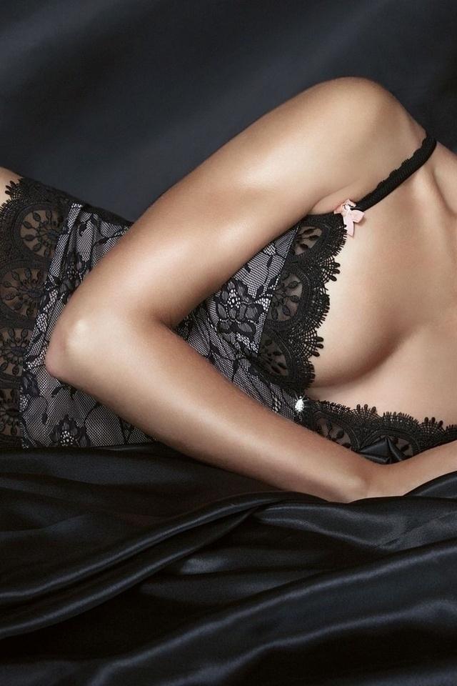 фото девушек без лица в нижнем белье лежит на боку в черной кружевной комбинации, декольте плечо оголенное