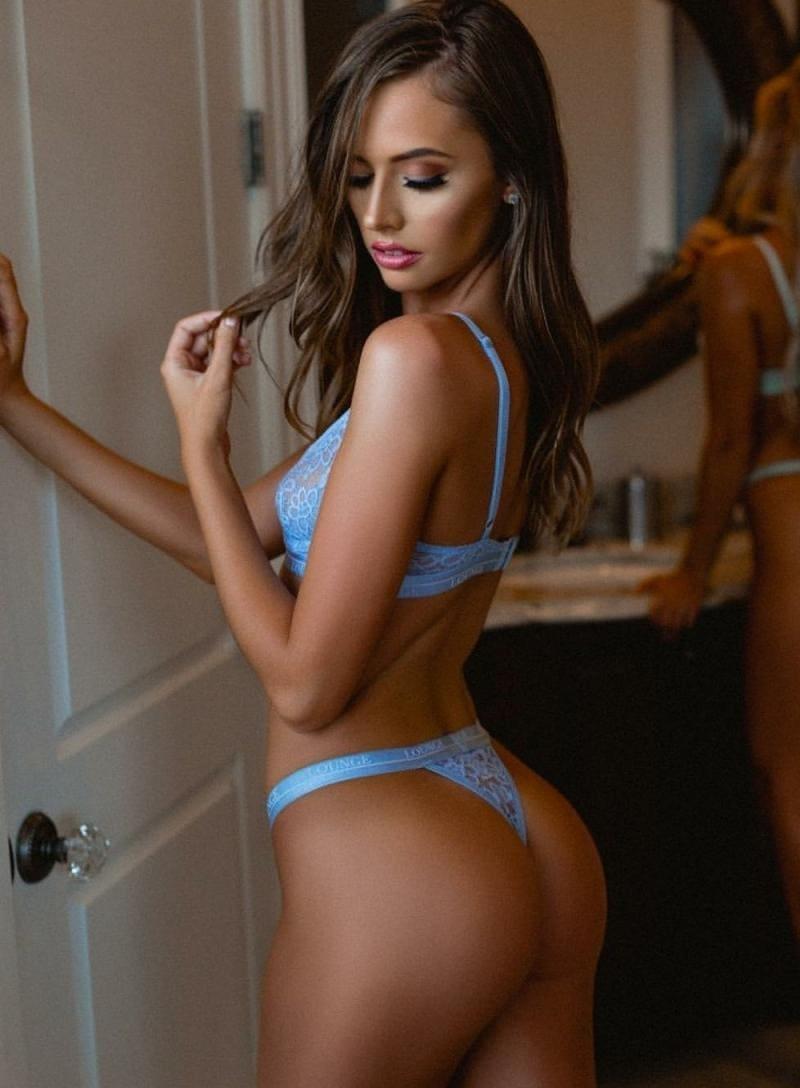 красивые девушки в сексуальном нижнем белье нежно голубого цвета