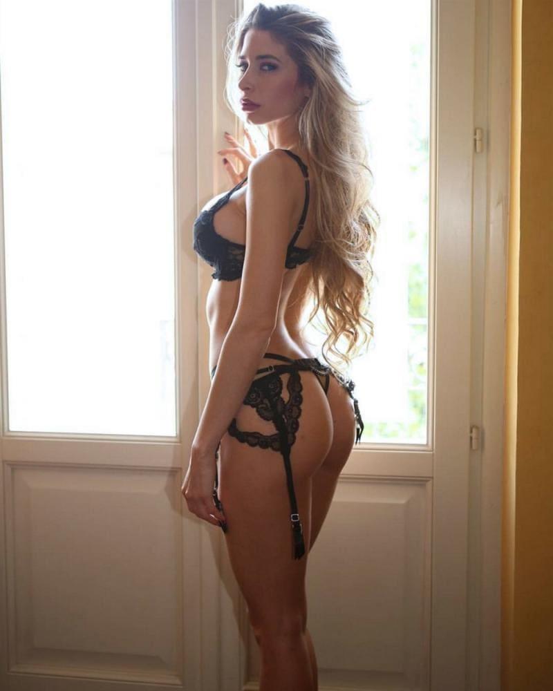 красивые девушки в нижнем кружевном белье черного цвета блондинка стоит вполоборота