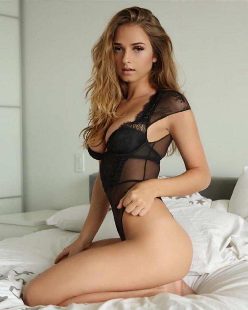 фото красивых девушек в нижнем белье прозрачном черного цвета боди, блондинка сидит на коленях на кровати
